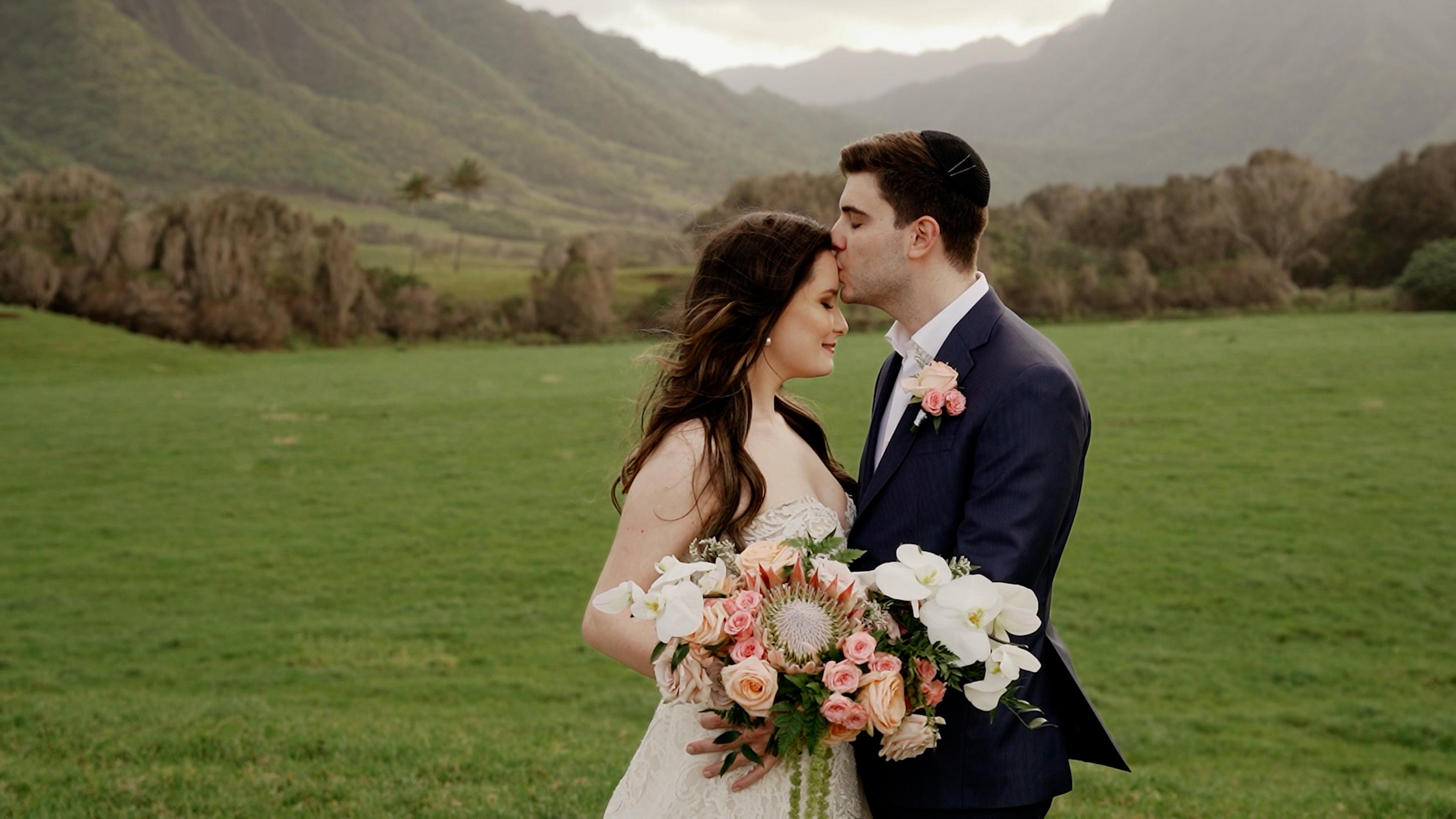 Couple at outdoor Jewish Hawaii elopement